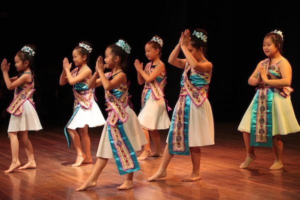 Hmong dance group Ntxhais Ntxim Hlub (Cute little girls)