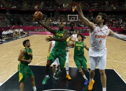 Brazil's Larry Taylor (C) gets past Spain's Pau Gasol during their men's preliminary round Group B basketball match at the Basketball Arena during the London 2012 Olympic Games August 6, 2012.                       REUTERS/Mike Segar (BRITAIN  - Tags: OLYMPICS SPORT BASKETBALL)   - RTR36BAJ