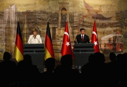 Turkish Prime Minister Ahmet Davutoglu (R) and German Chancellor Angela Merkel hold a joint news conference after their meeting in Istanbul, Turkey, October 18, 2015. Germany is ready to help drive forward Turkey's European Union accession process, Merkel said on Sunday, extending support to Ankara in exchange for Turkish help in stemming the flow of refugees to Europe. REUTERS/Murad Sezer - RTS4YYN