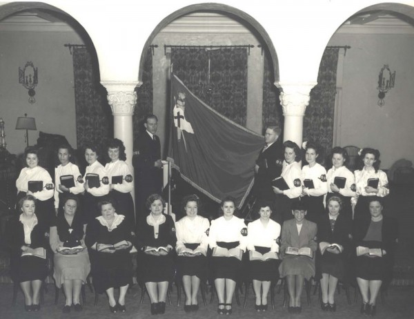 The first graduating class of Oakland Bible Institute