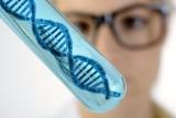 Arzt, Gentechniker oder Genetiker hlt Reagenzglas mit DNA Doppelhelix