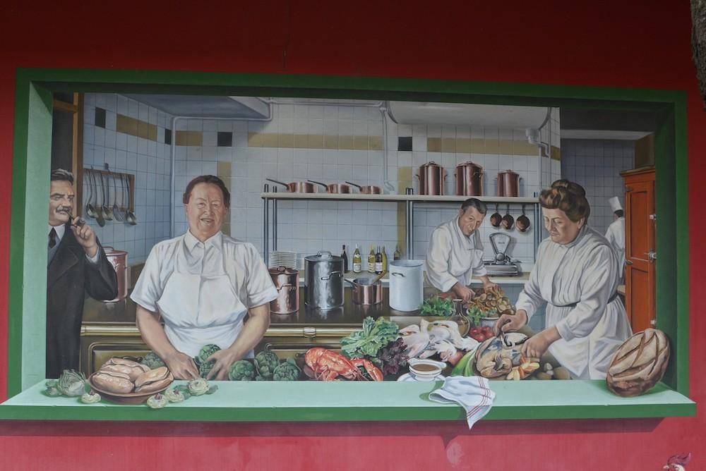 mural of la meres lyonnaise